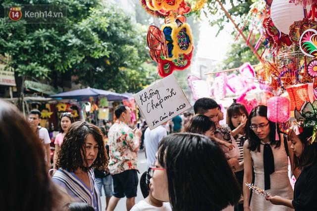 Ảnh: Một ngày trước rằm tháng 8, người dân đổ xô lên phố Hàng Mã vui chơi Trung thu - Ảnh 16.