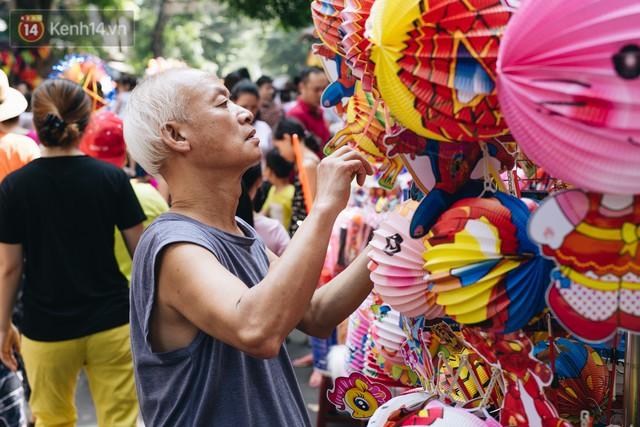 Ảnh: Một ngày trước rằm tháng 8, người dân đổ xô lên phố Hàng Mã vui chơi Trung thu - Ảnh 17.