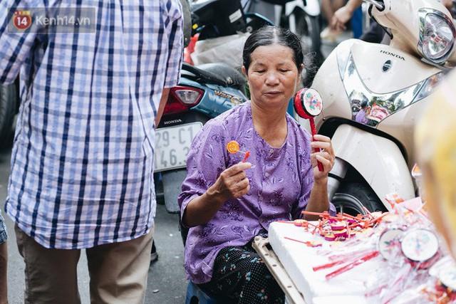 Ảnh: Một ngày trước rằm tháng 8, người dân đổ xô lên phố Hàng Mã vui chơi Trung thu - Ảnh 18.
