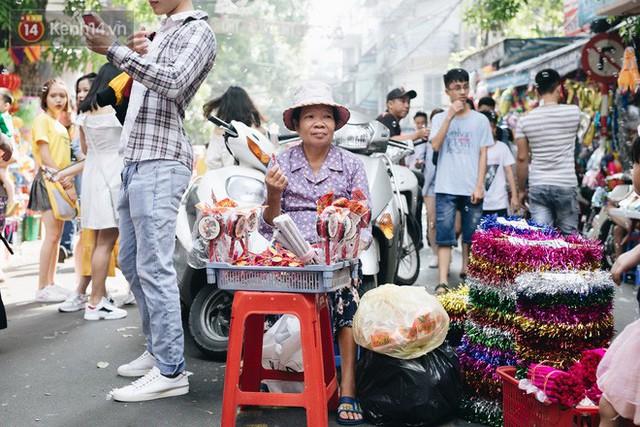 Ảnh: Một ngày trước rằm tháng 8, người dân đổ xô lên phố Hàng Mã vui chơi Trung thu - Ảnh 20.