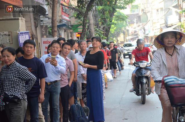 Chùm ảnh: Người Hà Nội xếp hàng dài chờ mua bánh Trung Thu Bảo Phương, đường phố tắc nghẽn - Ảnh 3.