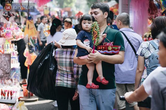 Ảnh: Một ngày trước rằm tháng 8, người dân đổ xô lên phố Hàng Mã vui chơi Trung thu - Ảnh 21.