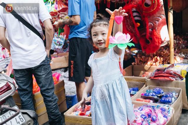 Ảnh: Một ngày trước rằm tháng 8, người dân đổ xô lên phố Hàng Mã vui chơi Trung thu - Ảnh 23.