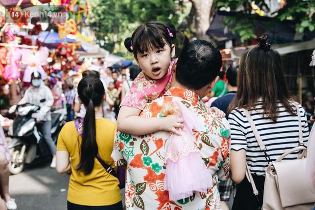 Ảnh: Một ngày trước rằm tháng 8, người dân đổ xô lên phố Hàng Mã vui chơi Trung thu - Ảnh 24.