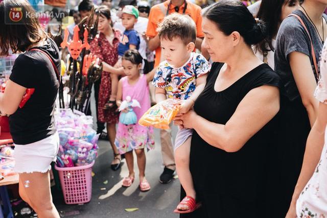 Ảnh: Một ngày trước rằm tháng 8, người dân đổ xô lên phố Hàng Mã vui chơi Trung thu - Ảnh 25.