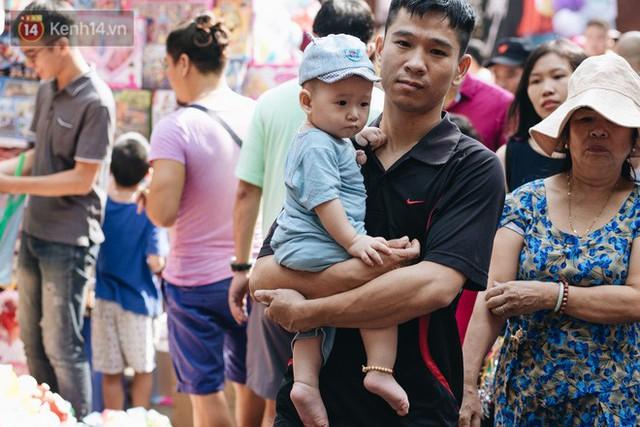 Ảnh: Một ngày trước rằm tháng 8, người dân đổ xô lên phố Hàng Mã vui chơi Trung thu - Ảnh 26.