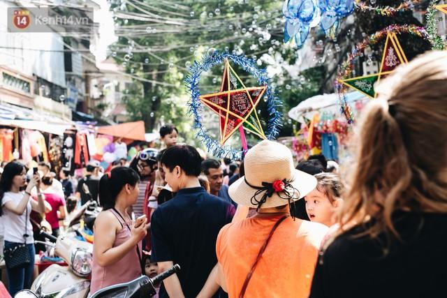 Ảnh: Một ngày trước rằm tháng 8, người dân đổ xô lên phố Hàng Mã vui chơi Trung thu - Ảnh 28.