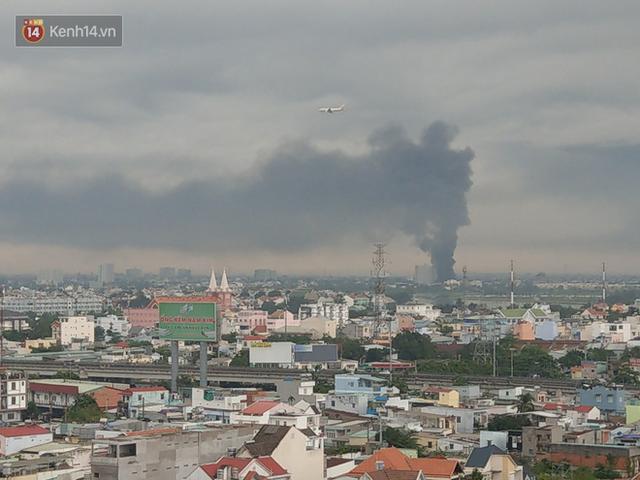 Cháy lớn ở quận 12, cột khói đen kịt bốc cao suốt một giờ đồng hồ khiến người dân hoảng hốt - Ảnh 6.