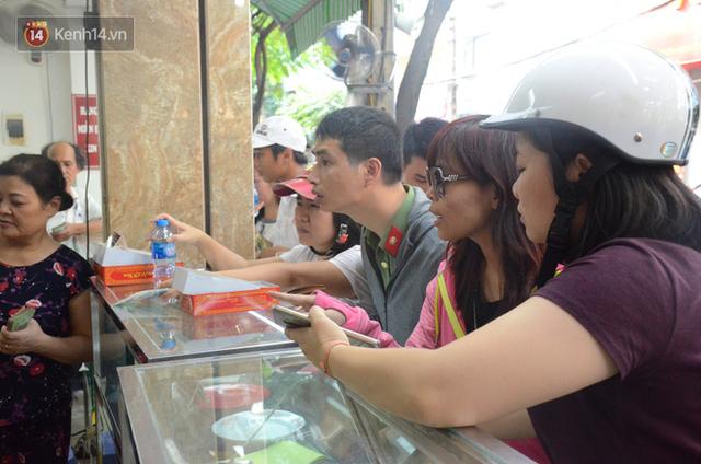 Chùm ảnh: Người Hà Nội xếp hàng dài chờ mua bánh Trung Thu Bảo Phương, đường phố tắc nghẽn - Ảnh 7.