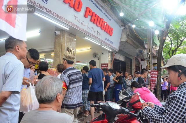 Chùm ảnh: Người Hà Nội xếp hàng dài chờ mua bánh Trung Thu Bảo Phương, đường phố tắc nghẽn - Ảnh 8.