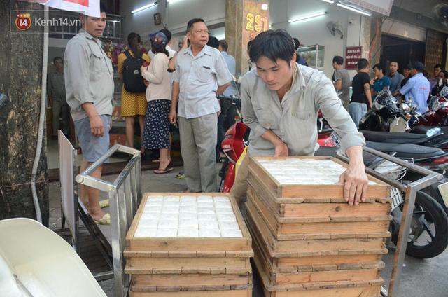 Chùm ảnh: Người Hà Nội xếp hàng dài chờ mua bánh Trung Thu Bảo Phương, đường phố tắc nghẽn - Ảnh 10.