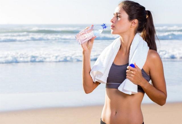 Uống nước ấm vào sáng sớm giúp bạn thu về 6 lợi ích đáng ngạc nhiên cho sức khỏe - Ảnh 2.