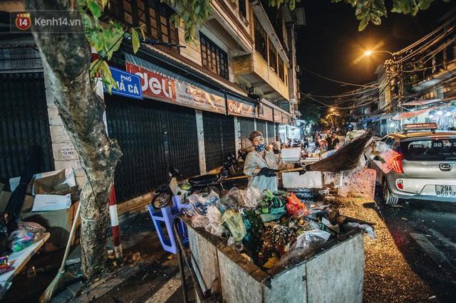Chùm ảnh: Chợ Trung thu truyền thống ở Hà Nội ngập trong rác thải sau đêm Rằm tháng 8 - Ảnh 13.