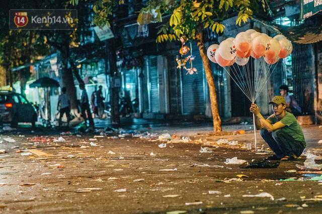 Chùm ảnh: Chợ Trung thu truyền thống ở Hà Nội ngập trong rác thải sau đêm Rằm tháng 8 - Ảnh 7.