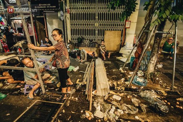 Chùm ảnh: Chợ Trung thu truyền thống ở Hà Nội ngập trong rác thải sau đêm Rằm tháng 8 - Ảnh 10.