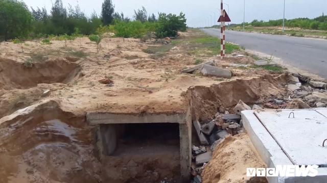 Cận cảnh xói lở kinh hoàng tại tuyến đường 1.440 tỷ đồng ở Quảng Nam - Ảnh 1.