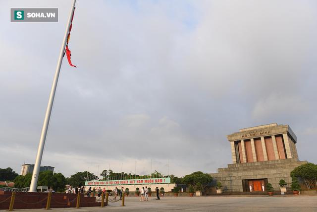 [TRỰC TIẾP] Khắp nơi treo cờ rủ Quốc tang Chủ tịch nước Trần Đại Quang - Ảnh 1.