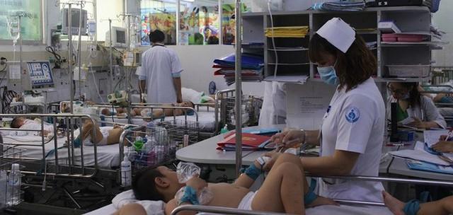 Dịch tay chân miệng tăng đột biến, một trẻ tử vong - Ảnh 2.