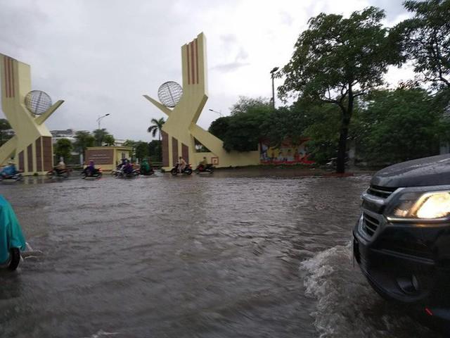 Mưa lớn cuối giờ chiều, nhiều tuyến phố Hà Nội ngập sâu trong nước - Ảnh 1.
