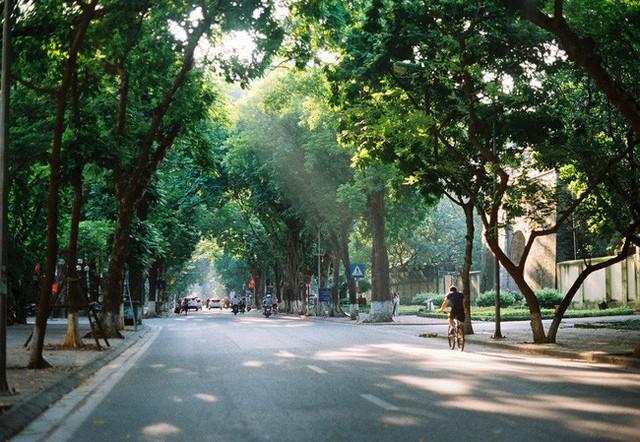 Có một Hà Nội rất khác những ngày này, bình yên và đẹp mơ màng trong nắng mùa thu - Ảnh 4.