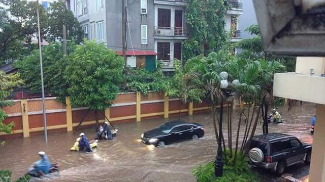 Mưa lớn cuối giờ chiều, nhiều tuyến phố Hà Nội ngập sâu trong nước - Ảnh 4.