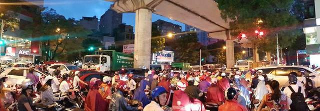 Mưa lớn cuối giờ chiều, nhiều tuyến phố Hà Nội ngập sâu trong nước - Ảnh 5.