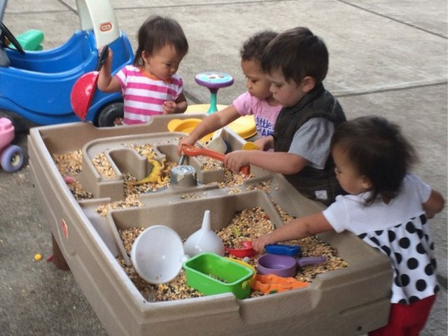 Theo phương pháp Montessori thì đây là 10 việc nên để con tự làm  - Ảnh 7.
