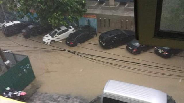 Mưa lớn cuối giờ chiều, nhiều tuyến phố Hà Nội ngập sâu trong nước - Ảnh 7.