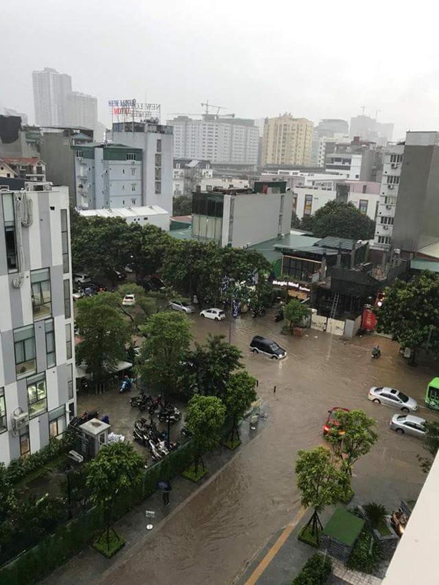 Mưa lớn cuối giờ chiều, nhiều tuyến phố Hà Nội ngập sâu trong nước - Ảnh 8.