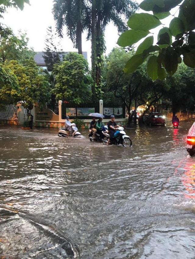Mưa lớn cuối giờ chiều, nhiều tuyến phố Hà Nội ngập sâu trong nước - Ảnh 9.
