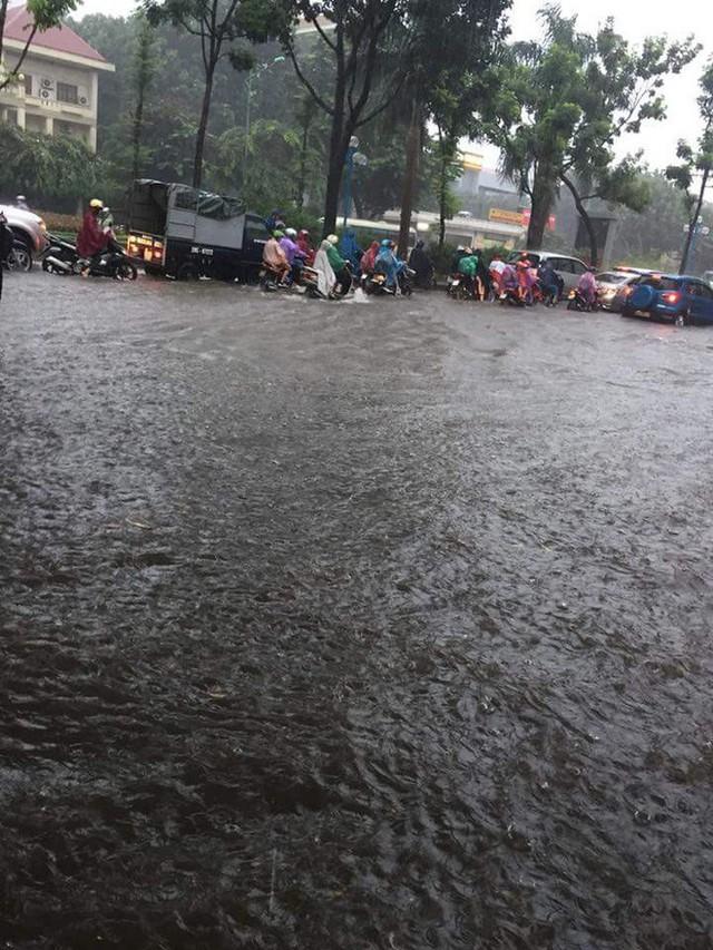 Mưa lớn cuối giờ chiều, nhiều tuyến phố Hà Nội ngập sâu trong nước - Ảnh 10.