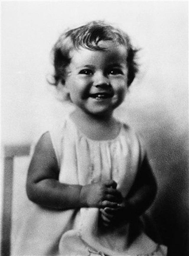 Cuộc đời Shirley Temple: Từ thần đồng diễn xuất đoạt giải Oscar khi mới 7 tuổi đến nữ chính trị gia kiệt xuất được tổng thống Mỹ nể trọng - Ảnh 1.