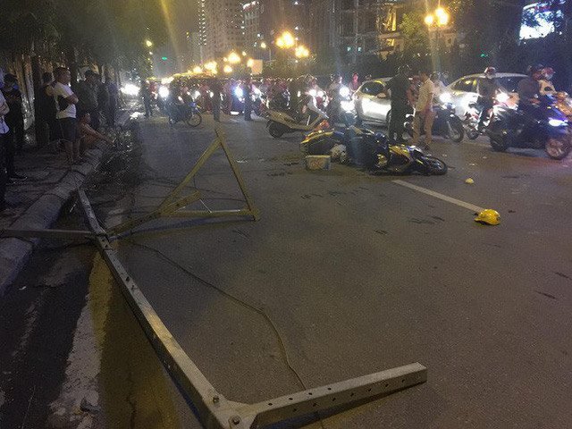 [NÓNG] Thanh sắt giàn giáo rơi xuống đường giờ cao điểm đè trúng 3 xe máy, 1 phụ nữ tử vong - Ảnh 3.