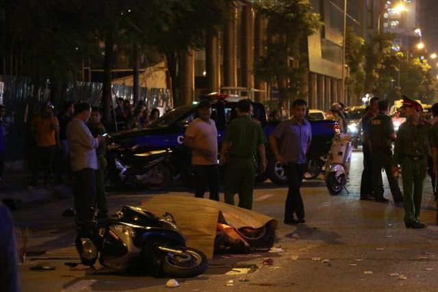 Nóng: Thanh sắt giàn giáo rơi xuống các con phố Lê Văn Lương đè trúng xe máy đang di chuyển, 1 cô gái tử vong - Ảnh 3.