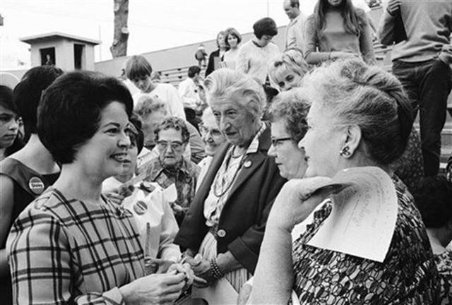 Cuộc đời Shirley Temple: Từ thần đồng diễn xuất đoạt giải Oscar khi mới 7 tuổi đến nữ chính trị gia kiệt xuất được tổng thống Mỹ nể trọng - Ảnh 28.