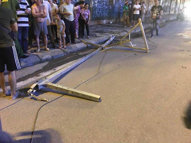 Nóng: Thanh sắt giàn giáo rơi xuống các con phố Lê Văn Lương đè trúng xe máy đang di chuyển, 1 cô gái tử vong - Ảnh 4.