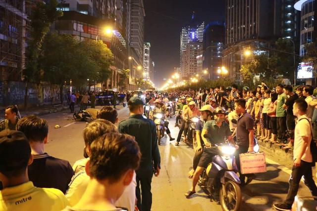 Nóng: Thanh sắt giàn giáo rơi xuống đường Lê Văn Lương đè trúng xe máy đang lưu thông, 1 cô gái tử vong - Ảnh 5.