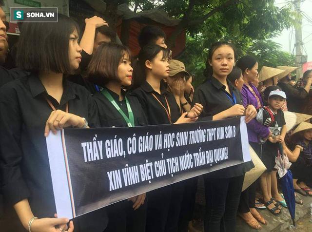Người dân Ninh Bình ôm di ảnh đón thi hài cố Chủ tịch nước Trần Đại Quang - Ảnh 7.