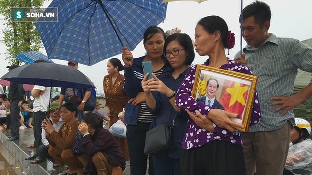 Người dân Ninh Bình ôm di ảnh đón thi hài cố Chủ tịch nước Trần Đại Quang - Ảnh 10.