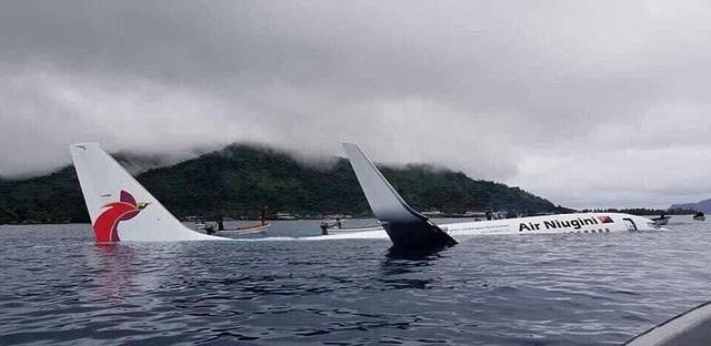 Máy bay chở khách lao xuống biển, gần 50 hành khách thoát chết thần kỳ - Ảnh 1.