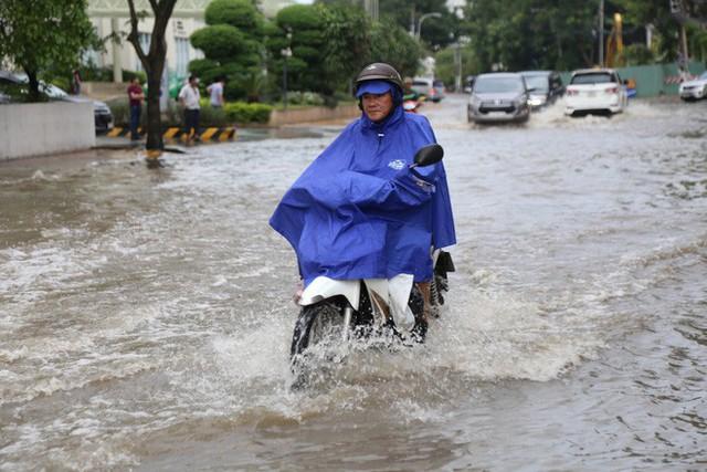 Phố nhà giàu ở Sài Gòn ngập sau mưa - Ảnh 4.