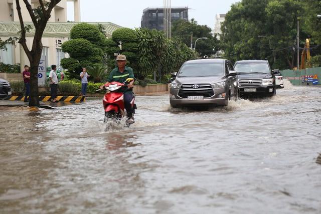 Phố nhà giàu ở Sài Gòn ngập sau mưa - Ảnh 5.
