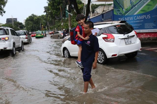 Phố nhà giàu ở Sài Gòn ngập sau mưa - Ảnh 6.