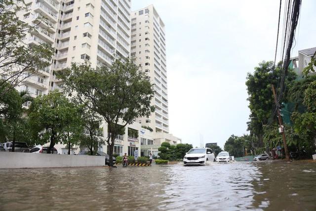 Phố nhà giàu ở Sài Gòn ngập sau mưa - Ảnh 7.
