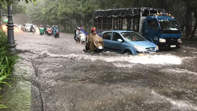 Cửa ngõ sân bay Tân Sơn Nhất ngập lút bánh xe trong cơn mưa lớn   - Ảnh 1.