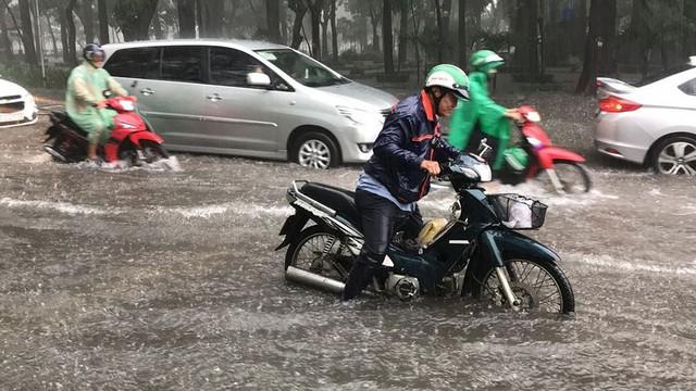 Cửa ngõ sân bay Tân Sơn Nhất ngập lút bánh xe trong cơn mưa lớn   - Ảnh 2.