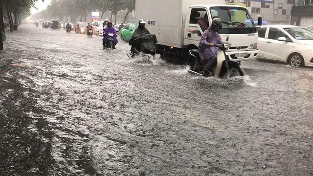 Cửa ngõ sân bay Tân Sơn Nhất ngập lút bánh xe trong cơn mưa lớn   - Ảnh 3.