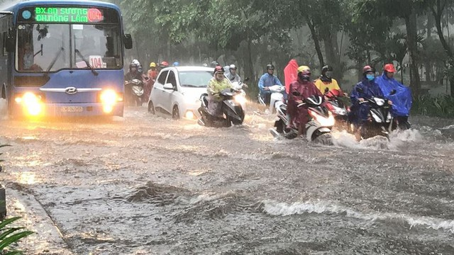 Cửa ngõ sân bay Tân Sơn Nhất ngập lút bánh xe trong cơn mưa lớn   - Ảnh 4.