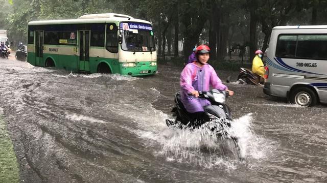 Cửa ngõ sân bay Tân Sơn Nhất ngập lút bánh xe trong cơn mưa lớn   - Ảnh 5.