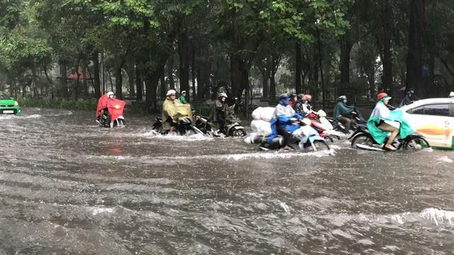 Cửa ngõ sân bay Tân Sơn Nhất ngập lút bánh xe trong cơn mưa lớn   - Ảnh 8.